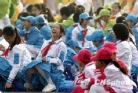 等待国庆盛典开始的孩子们