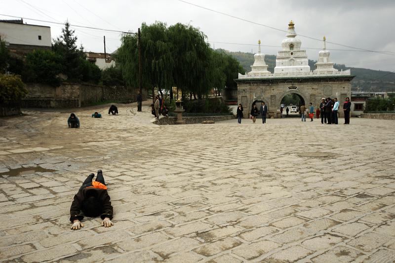 塔尔寺的入口,磕长头的朝拜者进入塔尔寺
