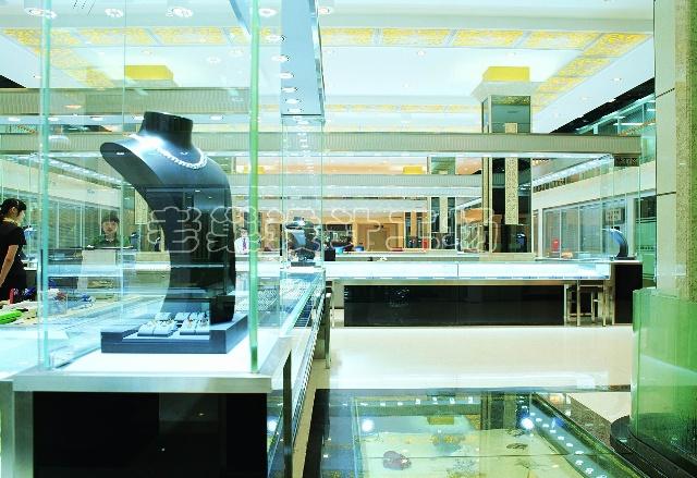 利用展厅和前台背景墙墙面做玻璃水暮,形成了展厅的一道风景线