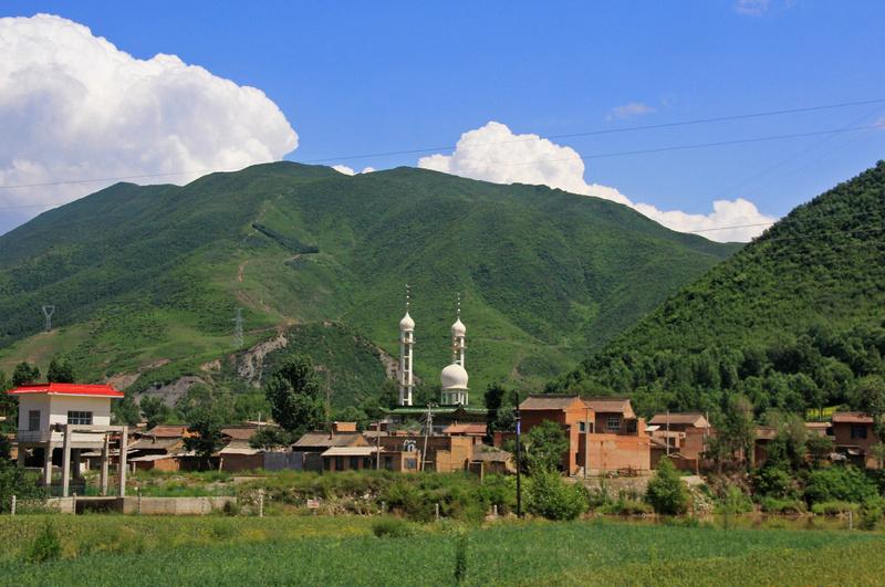 不再是藏式房屋,小村高高矗立的是清真寺的塔楼