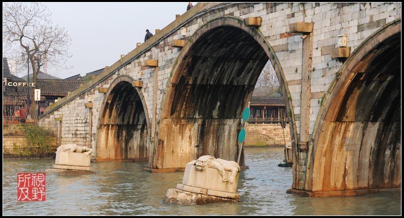 采用木桩基础结构,拱券为纵联分节并列砌筑.
