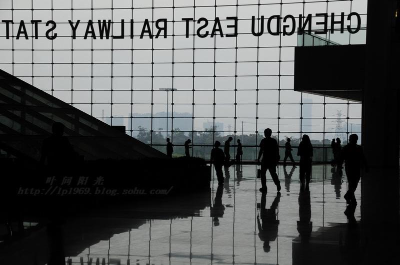 成都火车东站,刚修好不久,奢侈得像飞机场.