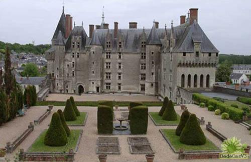 坚固朴素的中世纪城堡即将被华丽