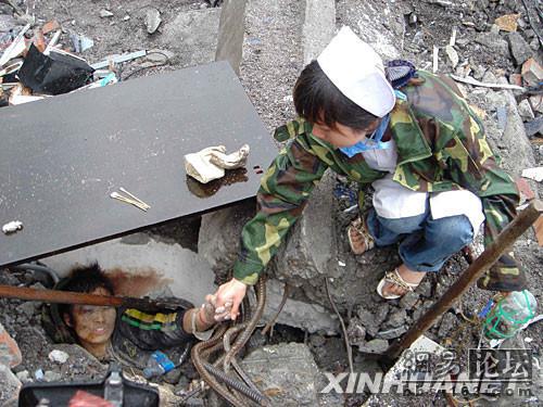 512汶川大地震感人图片