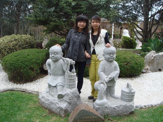 在寺庙里转了转,看到很多好可爱的造型各异的石刻小和尚.