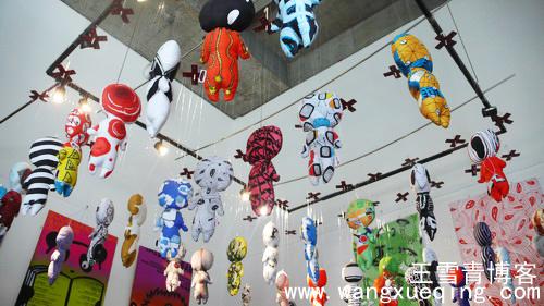 设计艺术学院平面设计系毕业展展厅,首先见到的是一群空中的布娃娃.