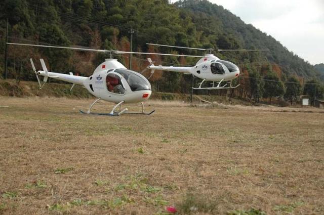 """在电视剧《和爱一起飞》中,飞机穿插其中成为不可或缺的主力军,剧情也是围绕三家著名飞机厂商展开,协助拍摄共约四款飞机。白色的直升机给我们留下了深刻的印象!下面就简单的介绍一下在影片中出色完成任务的""""罗特威旋翼直飞机""""。 1961年美国罗特威公司研制并成功的生产了第一架直升飞,此机型目前在全球已出售超过1600余架平均每年销售超过160架 2007年西安西捷飞机公司生产了第一架罗特威直升机 罗特威国际是世界上历史最悠久,也是最早最大的直升机制造厂,致力于一流的,高精确性,价廉质高的综合"""