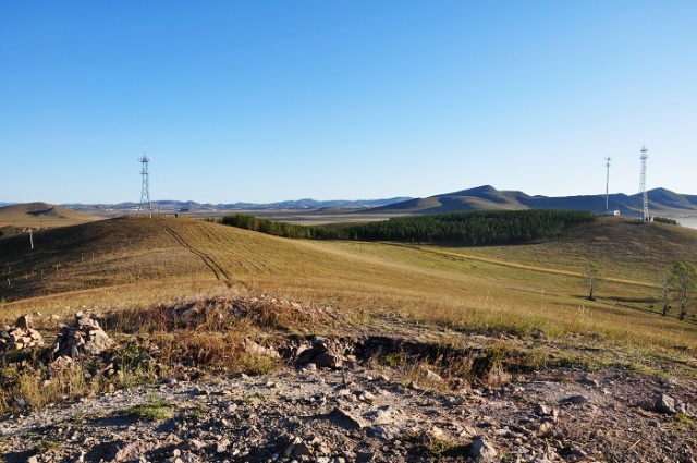 喇嘛山东北的两个移动信号塔