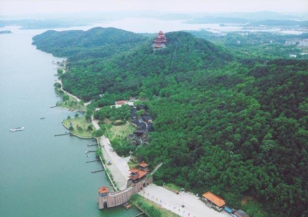 东湖风景区依自然环境结合当地传说故事,沿湖依次分为:听涛,磨山
