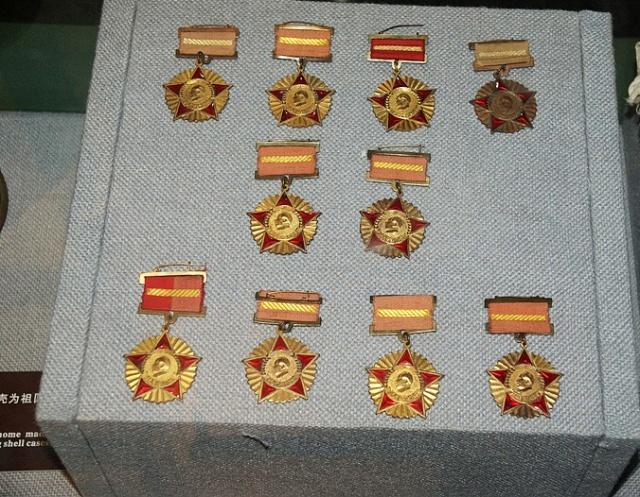 """经过近三年的搏杀,1953年7月27日,美国不得不在停战协定上签了字。此时担任""""联合国军""""总司令的克拉克后来说:""""我获得了一个不值得羡慕的名声:我是美国历史上第一个在没有取得胜利的停战协定上签字的司令官。""""同年9月12日,中国人民志愿军司令员兼政委彭德怀在《关于中国人民志愿军抗美援朝工作的报告》中满怀信心地说:""""西方侵略者几百年来只要在东方一个海岸上架起几尊大炮就可霸占一个国家的时代是一去不复返了。"""""""