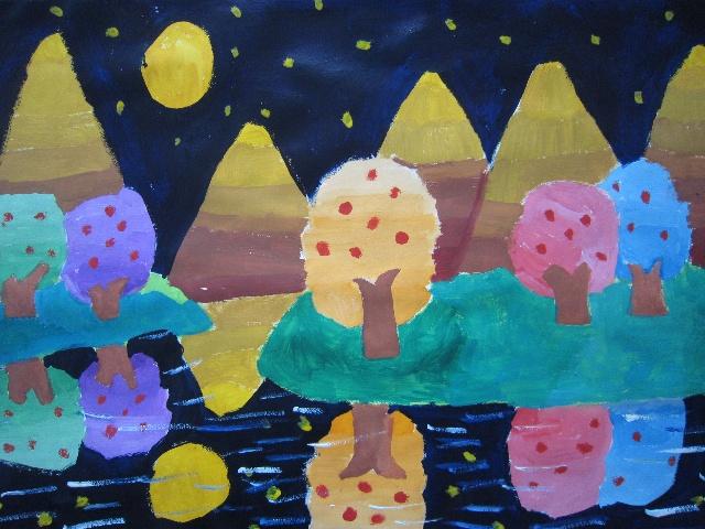 果树倒影在水中,衬托着秋天的夜景,显得格外的美丽,你们喜欢我的画吗?