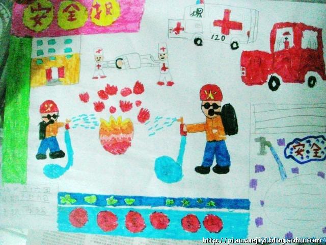 姐姐在教室里画手抄报,回家兴致盎然,设计出她的第一份手抄小报.