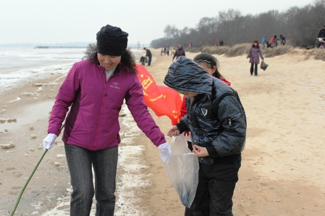 秦皇岛交通台环保活动-海边捡拾垃圾