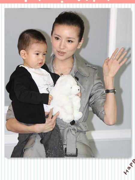 韩版女士包包_母亲节快乐!一起欣赏大牌明星妈妈们的时尚亲子照-时尚美丽秀 ...