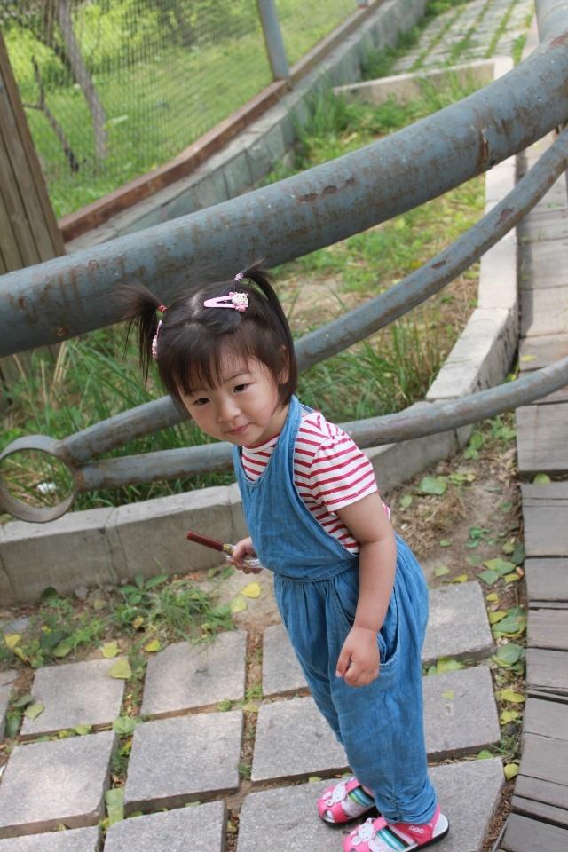 26个月,穿背带裤的小姑娘-亲亲果儿-我的搜狐