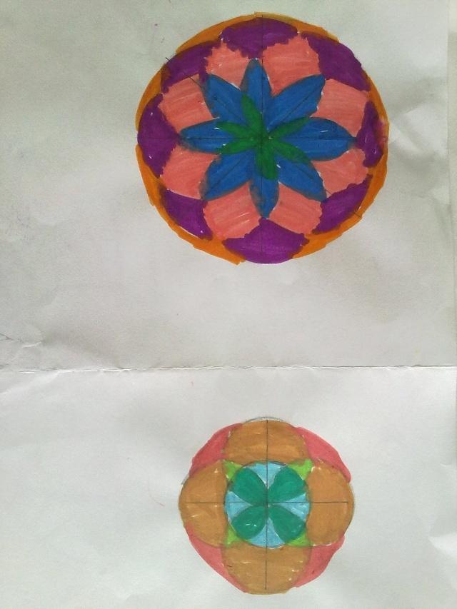 欣赏一下五(1),五(2)班学生用圆规画出来的美丽的图案