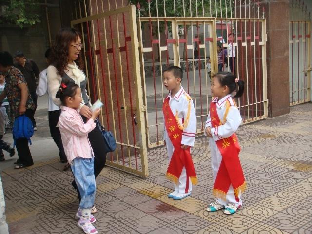 老师,小朋友问好,孩子们用自己的行动向大家展示了一个讲文明,懂礼貌